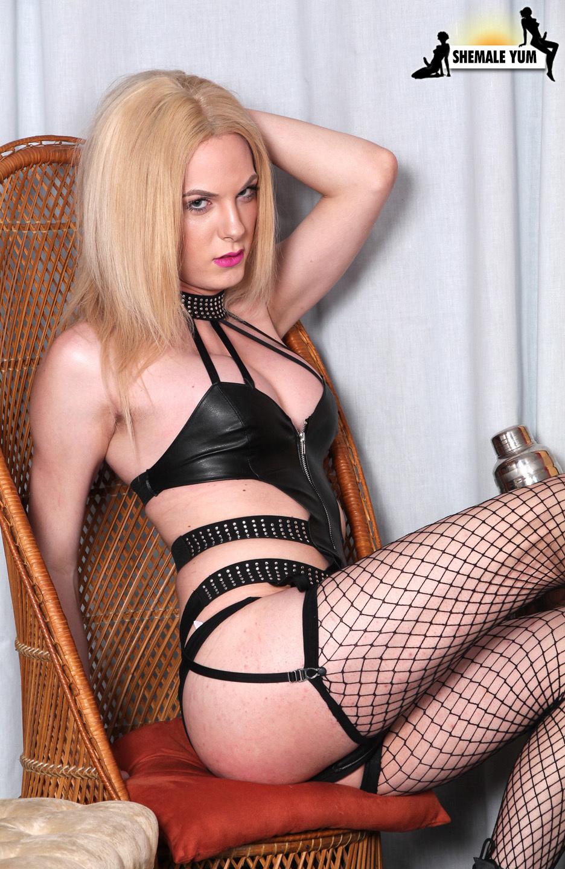 Spicy Blonde Cayla Sky Jacks Her Cock!