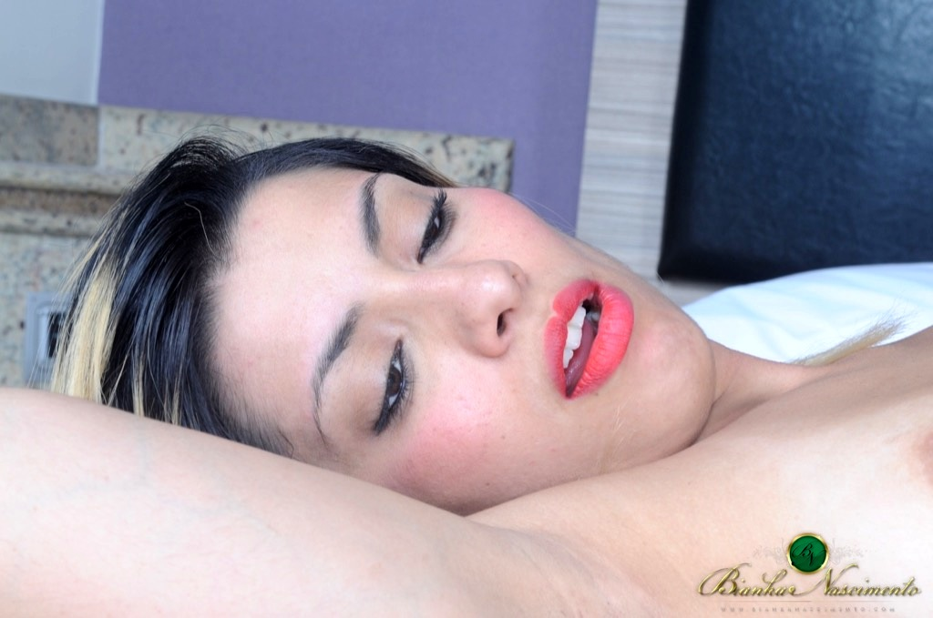 Bianka Pumps Her Throbbing Tool Inside Mary Luthai's Wet Pussy
