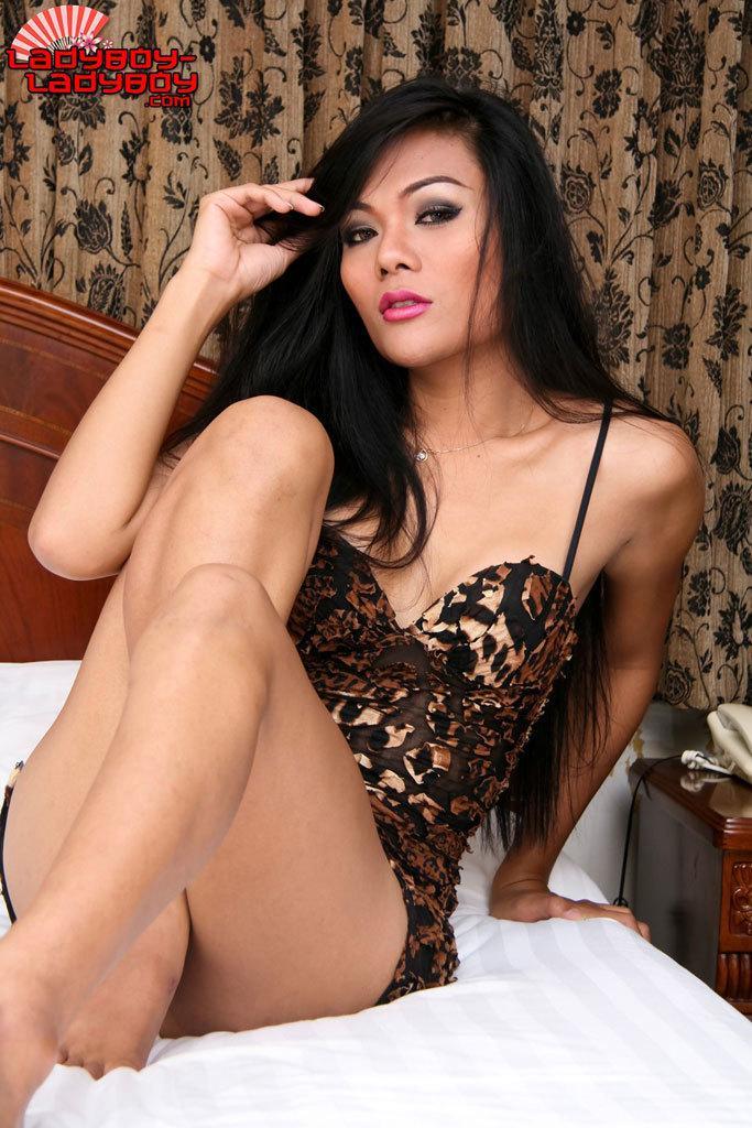 Femboy Whore Sits On Dildo