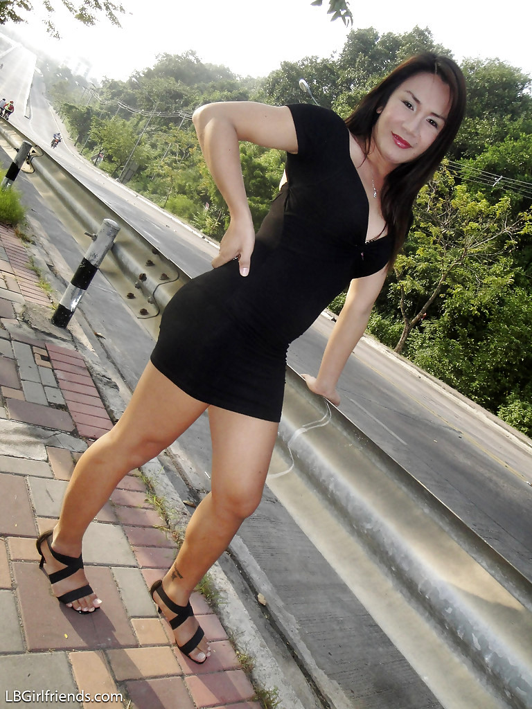 Brunette Teen Thai T-Girl Pu Showing Her Boobs And Posing In Public