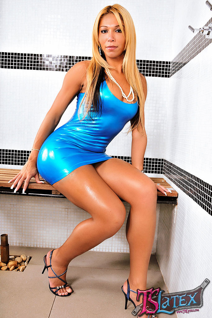 Incredible Blonde Tgirl Vivian Porto