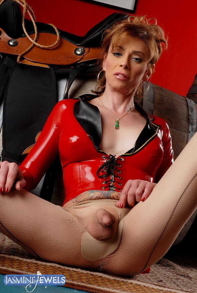 Starved Jasmine Posing In Devilishly Red Latex Costume