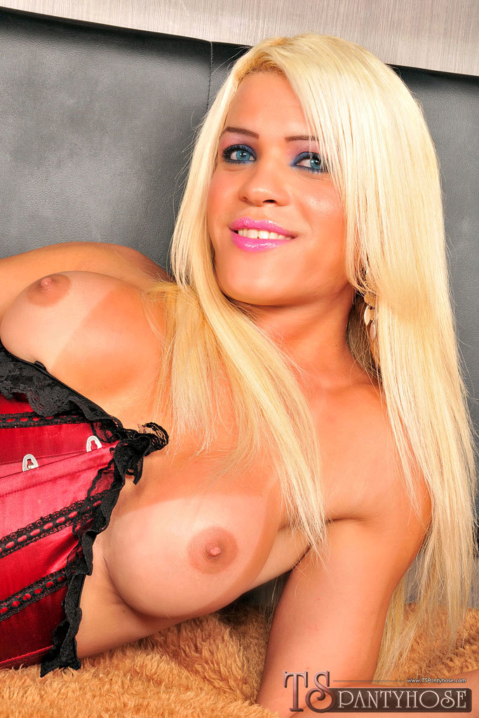 Blonde T-Girl Nicole Valentin In Action